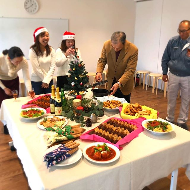 ・12/21(金)お隣のもりの保育園の先生たちの懇親会をコミュセンで行いました!キッチン&第2会議室で広々♪キッチンでお料理したものを即提供出来ます!・☆.。.:*・°☆.。.:@commucen*・゚゚・*:.。..。.:*゚:*: 。#コミュセン舞多聞 は#神戸市 #垂水区 の#舞多聞100年の杜 に地域の#コミュニティセンターOPENしました。#おしゃれ な街 #神戸 の新しいベッドタウン #舞多聞。#明石海峡 を臨む #木の温もり が心地いい #レンタルスペース です。・様々な#イベント や #習い事 などに使って頂き、地域の皆様の#ライフスタイル がより彩りあるものになりますようにと願いを込めて⋆。˚✩ 。様々な用途に、気軽に使って下さいね(^^♪ 。。☆例えばこんな使い方…#料理教室 #ダンス #リトミック #そろばん #習字 #ヨガ #ストレッチ #講演会 #会議 #空手 #手芸 #パーティ #コーラス #フリーマーケット などなどその他、皆様の新しい#コミュセン の使い方、大募集です!お問い合わせはこちら↓↓TEL:078-785-6613MAIL:Info@commucen.com