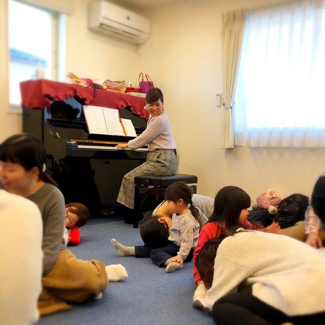 こんにちは️コミュセン舞多聞です・本日は、ミュージックスタジオをご利用頂いている、・#乳児 から通えるリトミック 【⠀Fuwari 】さんの様子をパシャリ・・パパ&ママ、お子さま一緒に楽しむリトミック・先生のピアノの生演奏でリズム遊び、そして可愛らしい製作などなど、とても素敵な親子交流の場を見させて頂きました・ご興味のある方は…#@happy_fuwari ・#日曜リトミック #垂水ママ #パパも一緒に参加 ・☆.。.:*・°☆.。.:♪。.:*・゜♪。その他の投稿は→@commucen*・゚゚・*:.。..。.:*゚:*: 。♪¨̮⑅*⋆。˚✩。・#コミュセン舞多聞 は#神戸市 #垂水区 の#舞多聞100年の杜 に地域の#コミュニティセンター としてOPENしました。#おしゃれ な街 #神戸 の新しいベッドタウン #舞多聞。#明石海峡 を臨む木の温もりが心地いい #レンタルスペース です。・様々な#イベント や #習い事 などに使って頂き、地域の皆様の#ライフスタイル がより彩りあるものになりますようにと願いを込めて⋆。˚✩ 。様々な用途に、気軽に使って下さいね(^^♪ 。。☆例えばこんな使い方…#料理教室 #ダンス #リトミック #そろばん #ヨガ #ストレッチ #講演会 #会議 #手芸 #パーティ #コーラス #フリーマーケット などなどその他、皆様の新しい#コミュセン の使い方、大募集です!お問い合わせはこちら↓↓TEL:078-785-6613MAIL:Info@commucen.com