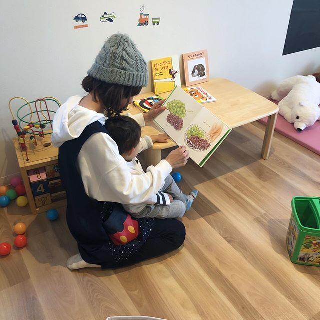 こんにちはコミュセンです託児ルームもりのおうち、明日からまたお預かり出来ますので是非ご利用下さい・・保育士との触れ合いの中で、お気に入りの絵本を見つけた様子・・#平山和子 作「#くだもの 」。・保育園でも大人気のこの#絵本 。リアリティ溢れる画風と、繰り返される「さあ、どうぞ」のフレーズが子どもたちは大好き。・絵本からぶどうを取って、口元に持っていくと、パクッと食べる振りをしてくれます。中には想像しすぎて(?)ヨダレが止まらなくなる子もいますかわいい!・また子どもたちに人気のあるコンテンツがあれば、ご紹介します・・・‧✧̣̥̇‧✦‧✧̣̥̇‧✦‧✧̣̥̇‧✦‧✧̣̥̇‧✦‧✧̣̥̇‧✧̣̥̇͡° ͜ ʖ ͡° ) what?コミュセン過去の投稿→@commucen‧✧̣̥̇‧✦‧✧̣̥̇‧✦‧✧̣̥̇‧✦‧✧̣̥̇‧✦‧✧̣̥̇‧✧̣̥̇・#コミュセン舞多聞 は#神戸市 #垂水区 の#舞多聞100年の杜 に地域の#コミュニティセンター としてOPENしました。#おしゃれ な街 #神戸 の新しいベッドタウン #舞多聞。明石海峡 を臨む 木の温もり が心地いい #レンタルスペース です。・イベント や 習い事 など様々な用途に、気軽に使って下さいね♬︎皆様の#ライフスタイル がより彩りある豊かなものになりますように⋆。˚✩ 。・☆例えばこんな使い方…#お料理教室 #ダンス #リトミック #ヨガ #面接 #ハンドメイド #パーティ #コーラス #楽器練習 #フリーマーケット などなどその他、皆様の新しい#コミュセン の使い方、大募集です!・また、#託児ルーム #もりのおうち in コミュセン も併設しています。「ちょっと習い事の間だけ…」「お買い物や美容院、病院に行きたい」「保育園や幼稚園へいく練習に」など、お気軽にご利用下さいね♪。.:*・♬*.*・゚お問い合わせはこちら.゚・*.【TEL】078-785-6613(コミュセン・託児所共用)【MAIL】Info@commucen.com(コミュセン)info@morinouchi.com(もりのおうち)・・#神戸ママ #垂水ママ #絵本紹介