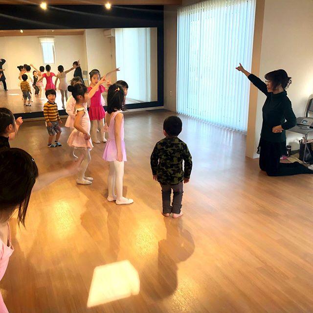 こんにちはコミュセン舞多聞です・本日13:30からもダンススタジオをご利用頂いているエレメンタリーダンススタジオ様の様子をご紹介します・・可愛らしいチュチュを着た女の子たちの中に数名ボーイズも混じって楽しそうドラえもんの曲に合わせたダンスを披露してくださいました・#エレメンタリーダンス 様は、#バレエ 、#新体操 の要素を軸に、応用して#チアダンス や#よさこい 舞踊のイベントにも参加されているそうです・体の基礎が作られる時期に、色々なダンスに触れられるのはとても素敵ですね・ご興味のある方はこちらへ・@elementaryballetart ・・‧✧̣̥̇‧✦‧✧̣̥̇‧✦‧✧̣̥̇‧✦‧✧̣̥̇‧✦‧✧̣̥̇‧✧̣̥̇͡° ͜ ʖ ͡° ) what?コミュセン過去の投稿→@commucen‧✧̣̥̇‧✦‧✧̣̥̇‧✦‧✧̣̥̇‧✦‧✧̣̥̇‧✦‧✧̣̥̇‧✧̣̥̇・#コミュセン舞多聞 は#神戸市 #垂水区 の#舞多聞100年の杜 に地域の#コミュニティセンター としてOPENしました。#おしゃれ な街 #神戸 の新しいベッドタウン #舞多聞。明石海峡 を臨む 木の温もり が心地いい #レンタルスペース です。・様々な イベント や 習い事 など様々な用途に、気軽に使って下さいね♬︎皆様のライフスタイル がより彩りある豊かなものになりますように⋆。˚✩ 。・☆例えばこんな使い方…#お料理教室 #ダンス #ヨガ #面接 #セミナー #ハンドメイド #コーラス #楽器練習 #フリーマーケット などなどその他、皆様の新しい#コミュセン の使い方、大募集です!・2月からは、#託児ルーム #もりのおうち in コミュセン も併設しています。「ちょっと習い事の間だけ…」「お買い物や美容院、病院に行きたい」「保育園や幼稚園へいく練習に」など、お気軽にご利用下さいね♪。.:*・♬*.*・゚お問い合わせはこちら.゚・*.【TEL】078-785-6613(コミュセン・託児所共用)【MAIL】Info@commucen.com(コミュセン)info@morinouchi.com(もりのおうち)・・#神戸ママ #垂水ママ