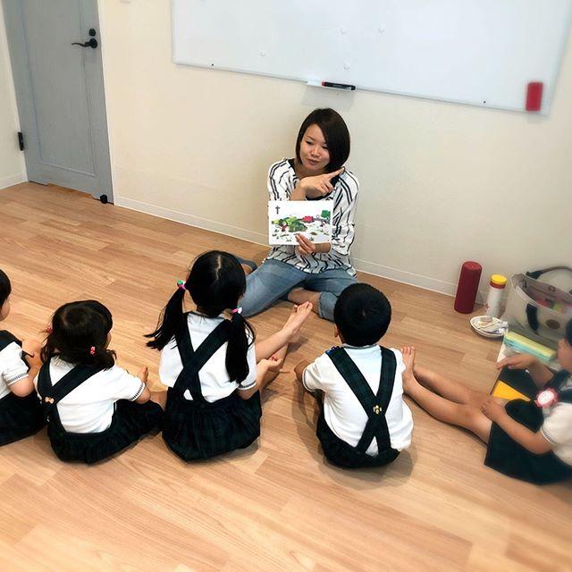 こんにちは🌞コミュセンです今日は毎週木曜15:00~のEnglish clubさんをご紹介します・・学習室1でペタンと床に座ってとても家庭的な雰囲気の中、「英語の勉強」というより、「英語に馴染む」というような印象のレッスンです先生と一緒に声を出して体を動かして、とても動きのあるレッスンでした・私事ですが、実は#英語 が全然出来なくて、海外旅行が怖かったんですでも、実際に行ってみると分からないなりに、伝えたい気持ちがあれば、なんとか伝わったりします。「良かった!」と思うのと同時に、「もっと英語を知りたいな」と、英語を知りたくなりました。・English Clubさんのレッスンはほんとにいつも賑やかですみんなとても楽しそう先生の素敵な笑顔と明るい声が、「英語は楽しい!」という気持ちにしてくれるんでしょうね・・ママ向けの英語のレッスンも検討中とのことママもお子さまと一緒に英語を楽しめたらいいですよね・・興味を持たれた方は…mail:makiron822@gmail.comTEL:090-1687-6585(English Club)・#englishclub #キッズ英語 #はじめての習い事 #英語教室 ・‧✧̣̥̇‧✦‧✧̣̥̇‧✦‧✧̣̥̇‧✦‧✧̣̥̇‧✦‧✧̣̥̇‧✧̣̥̇͡° ͜ ʖ ͡° ) what?コミュセン過去の投稿→@commucen‧✧̣̥̇‧✦‧✧̣̥̇‧✦‧✧̣̥̇‧✦‧✧̣̥̇‧✦‧✧̣̥̇‧✧̣̥̇・#コミュセン舞多聞 は#神戸市 #垂水区 の#舞多聞100年の杜 に地域の#コミュニティセンター としてOPENしました。#おしゃれ な街 #神戸 の新しいベッドタウン #舞多聞。明石海峡 を臨む 木の温もり が心地いい #レンタルスペース です。・様々な イベント や 習い事 など様々な用途に、気軽に使って下さいね♬︎皆様のライフスタイルがより彩りある豊かなものになりますように⋆。˚✩ 。・☆例えばこんな使い方…#お料理教室 #ダンス #リトミック #ヨガ  #会議 #パーティ #コーラス #フリーマーケット などなどその他、皆様の新しい#コミュセン の使い方、大募集です!・2月からは、#託児ルーム #もりのおうち in コミュセン も併設しています。「ちょっと習い事の間だけ…」「お買い物や美容院、病院に行きたい」「保育園や幼稚園へいく練習に」など、お気軽にご利用下さいね♪。.:*・♬*.*・゚お問い合わせはこちら.゚・*.【TEL】078-785-6613(コミュセン・託児所共用)【MAIL】Info@commucen.com(コミュセン)info@morinouchi.com(もりのおうち)・・#神戸ママ #垂水ママ #神戸っ子