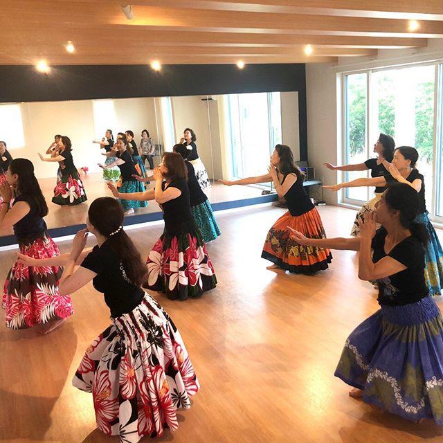 コミュセン舞多聞です今日は、6月からダンススタジオを定期利用して頂いている#フラダンス &#タヒチアンダンス 『マカナアロハ・タヒチヘイマナ』様をご紹介します・・木曜の14:30頃にお邪魔した時は、クプナクラスの皆様がいらっしゃいました。クプナは〝尊敬される人〟という意味で、主に50歳以上の方のグループです。ゆったり優雅な雰囲気です・3枚目の動画を見て頂くとわかると思うのですが、普段取ることのないポーズや足腰を使った動きは、かなりいい運動になりそうです・ハワイ音楽の心地いい音色に包まれながら運動不足解消もできる素敵な教室がコミュセンに入って下さいました・マカナアロハ・タヒチヘイマナ様には、様々なクラスがあります。水曜⇒初級~中級・上級・子どものクラス木曜⇒クプナ・メフラクラス土曜⇒子どものクラス・レベルや年齢に合わせたクラスがあります♀️詳しくは… 【HP】https://makana-aloha-2018.amebaownd.com 【Mail】tresor.7281@gmail.com・#キッズフラ #夏に向けて #はじめての習い事 ・‧✧̣̥̇‧✦‧✧̣̥̇‧✦‧✧̣̥̇‧✦‧✧̣̥̇‧✦‧✧̣̥̇‧✧̣̥̇͡° ͜ ʖ ͡° ) what?コミュセン過去の投稿→@commucen‧✧̣̥̇‧✦‧✧̣̥̇‧✦‧✧̣̥̇‧✦‧✧̣̥̇‧✦‧✧̣̥̇‧✧̣̥̇・#コミュセン舞多聞 は#神戸市 #垂水区 の#舞多聞100年の杜 に地域の#コミュニティセンター としてOPENしました。#おしゃれ な街 #神戸 の新しいベッドタウン #舞多聞。明石海峡 を臨む 木の温もり が心地いい #レンタルスペース です。・様々な イベント や 習い事 など様々な用途に、気軽に使って下さいね♬︎皆様のライフスタイルがより彩りある豊かなものになりますように⋆。˚✩ 。・☆例えばこんな使い方…#料理教室 #ダンス #リトミック #ヨガ #会議 #ハンドメイド #パーティ #フリーマーケット などなどその他、皆様の新しい#コミュセン の使い方、大募集です!・2月からは、#託児ルーム #もりのおうち in コミュセン も併設しています。「ちょっと習い事の間だけ…」「お買い物や美容院、病院に行きたい」「保育園や幼稚園へいく練習に」など、お気軽にご利用下さいね♪。.:*・♬*.*・゚お問い合わせはこちら.゚・*.【TEL】078-785-6613(コミュセン・託児所共用)【MAIL】Info@commucen.com(コミュセン)info@morinouchi.com(もりのおうち)・・#神戸ママ #垂水ママ #神戸っ子