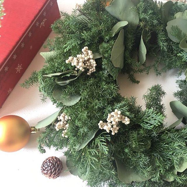 こんにちはコミュセンです*季節はあっという間に冬になろうとしています️️朝晩は冷え込みますね*でもこの季節はなんといってもという大イベントに向けて、大忙し!(そうでもないスタッフではありますが)*@nijiirosumire 様から素敵なクリスマスイベントのお知らせが届きました*詳細は下記にて️**.゜。:+*.゜。:+*.゜。:+*.゜そろそろクリスマス気分を盛り上げたいなという方。*オシャレなクリスマスリースを今年は作ってみませんか?*初めてさんでもクリスマスリースを手作りすることができるんです。**色や形の違う本物の葉を使って作ります。森林浴をしているような緑の香りを楽しみながらナチュラルリースを作りましょう。*シンプルなグリーンリースのままでもいいし、リボンやオーナメントをなどをつけて華やかに仕上げても素敵です。*新しい一年が豊かな年になるように想いを込めて作りましょう。*〇11月30日(土)10時〜1時間半程度〇料金 3600円〇持ち物 ハサミ(あれば花用)、持ち帰り用紙袋、気になる方はエプロン〇場所 コミュセン舞多聞(垂水区多聞西6-1-3)新会議室1(メディカルモール2階)〇ご予約 https://wsformzu.net/dist/S23687367ワークショップを選択し参加日をご記入ください。QRコードから簡単にご予約できます。 ︎一部花材が変更することがございます。ご了承下さい。 ︎11月30日は都合悪いけど作りたいなと思って下さった方。11月22〜29日(土日を除く)に同じリースを舞子校でもレッスンします。詳細場所はお問い合わせ下さい。ご予約、お問い合わせお待ちしています。#フラワーアレンジメント 教室 にじいろすみれ (NFD講師)*.゜。:+*.゜。:+*.゜。:+*.゜