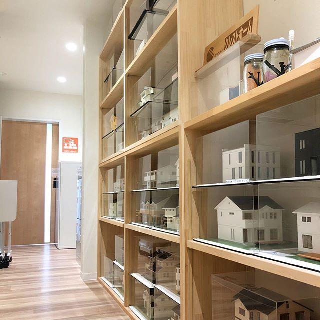 こんにちは、コミュセンです京都きもの学院さまがご利用になられている『会議室3』の前の通路です。ビッッシリお家の模型コミュセンを建てた @cresthome_in_kobe が建築したおうちなんです*ここを通ってお教室に通う子どもたちにも大人気『いつかこんなお家建ててな~』なんて、軽く未来のお客様(?)に語りかけるのでした(笑)