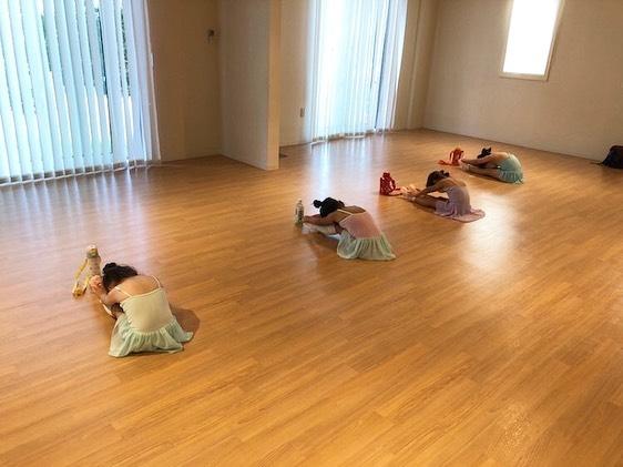 こんにちはコミュセンです今日は火曜日15:30から、コミュセンのダンススタジオをご利用頂いている、Twinkle.A.Ballet様(@twinkle.a.ballet )のレッスン風景をご紹介致します️*.゜。:+*.゜。:+*.゜。:+*.゜以前からコロナ対策で水筒を目印に間隔を取ってレッスンしていますそして新しいお友達も増えて楽しくレッスン行っています️*.゜。:+*.゜。:+*.゜。:+*.゜ご興味のある方は、@twinkle.a.ballet さまへ直接お問い合わせくださいね🤗