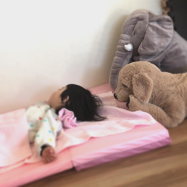 もりのおうちinコミュセンです🏻お昼寝中のお子様️動物たちに見守られてよーーく眠っています可愛い寝顔に私達も癒されます️託児ルームもりのおうちは最大3時間まで、30分500円でお預かりしますおうちで過ごす時間が増えたママの皆さん、美容院や病院、リフレッシュのためにもぜひ気軽にご利用くださいね#リフレッシュ #気軽に託児依頼 #子育てママ応援 #リモート疲れ解消 #外出自粛疲れ #親子時間の充実